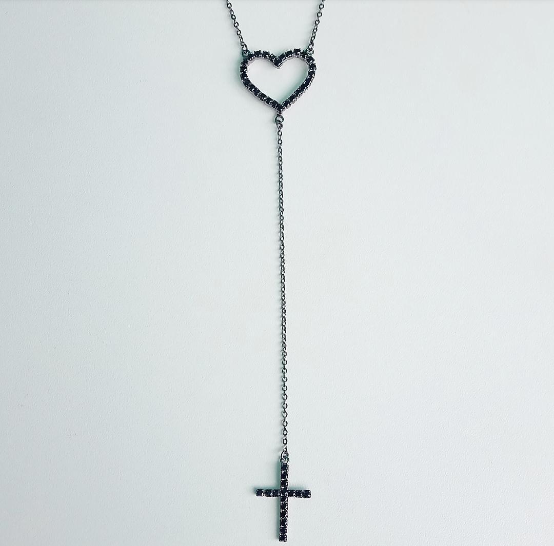 Colar Gravatinha Com Coração Vazado e Cruz Com Pedra Ônix