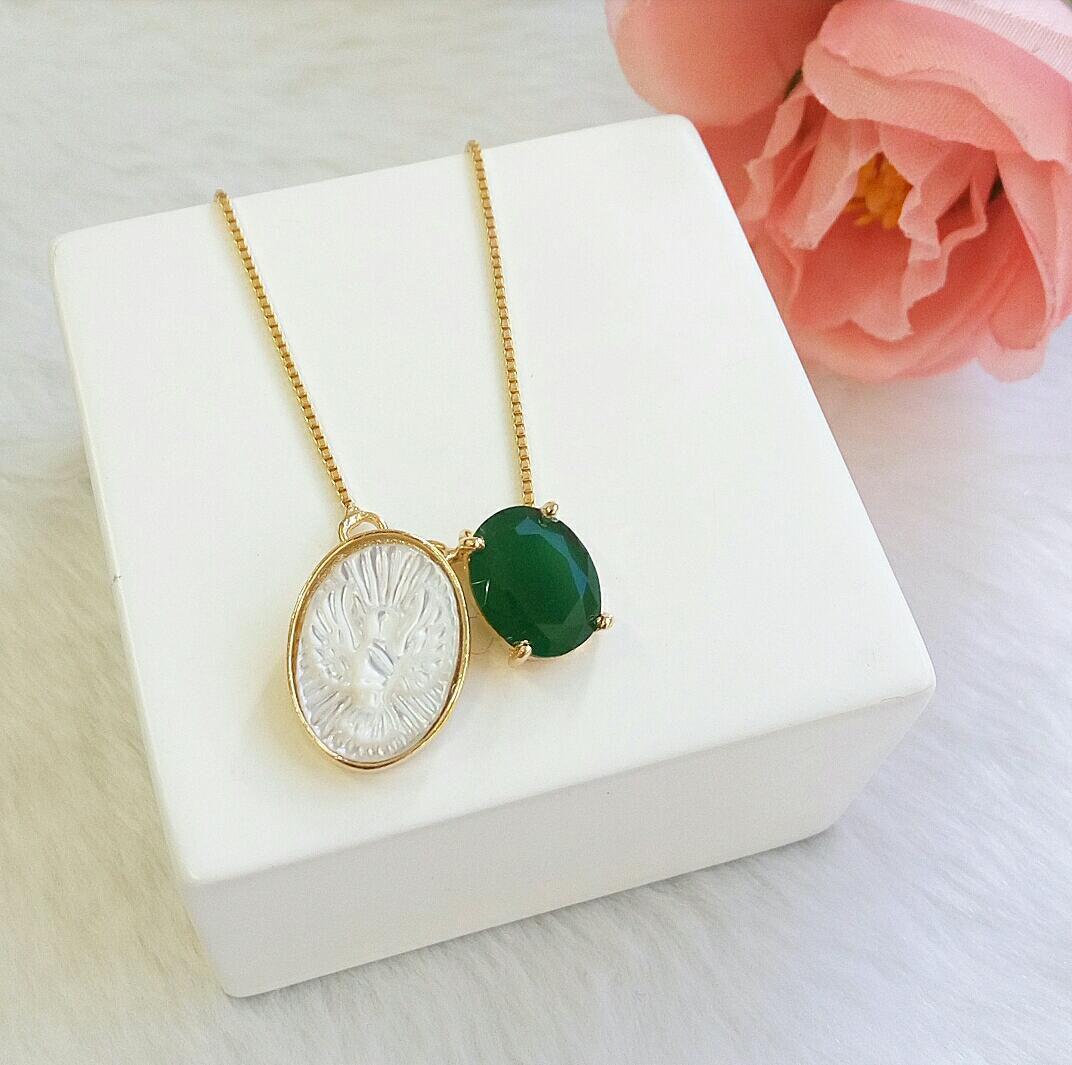 Escapulário Madre Pérola Com Pedra Verde Esmeralda