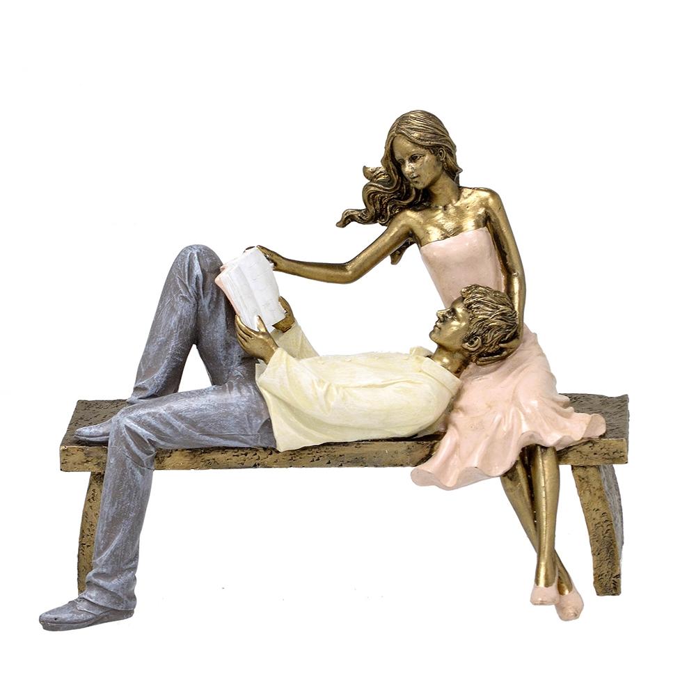 Escultura Decorativa Casal no Banco Lendo em Resina
