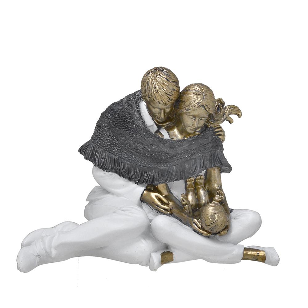 Escultura Família Decorativa em Resina Dourada Mãe e Pai Sentados com Recém-Nascido
