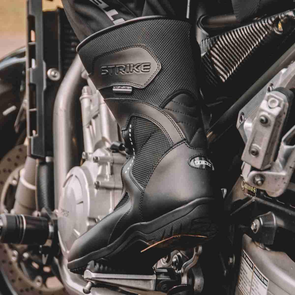 BOTA DE MOTO  IMPERMEÁVEL PROTEGE CHUVA PÉ TORNOZELO MOTOQUEIRO MOTOCICLISTA TEXX STRIKE V2 PRETA