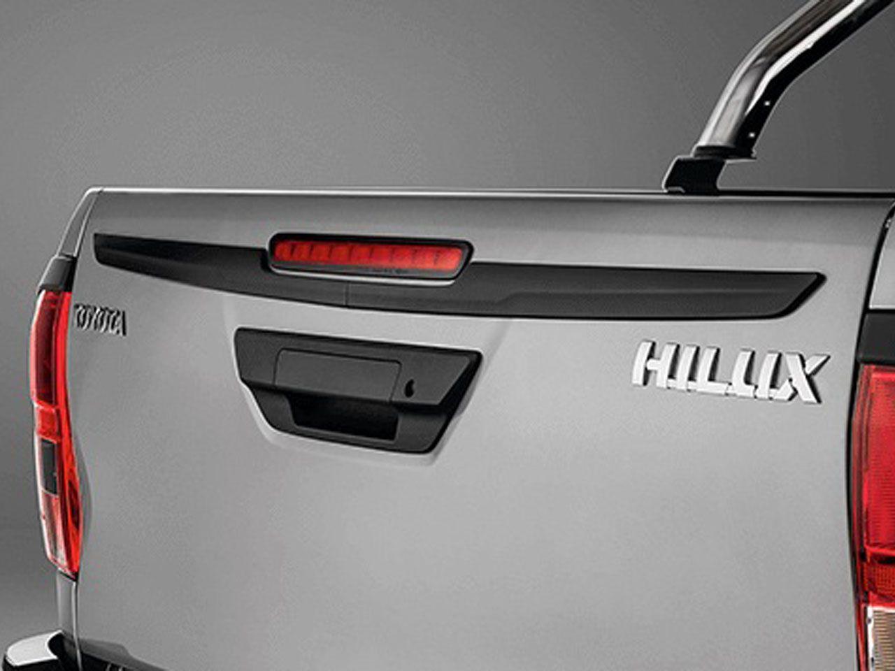 Aplique Preto Brilhante da Tampa da Caçamba Hilux STD SR SRV SRX GR-S Cabine Simples  - Mirai Peças Toyota
