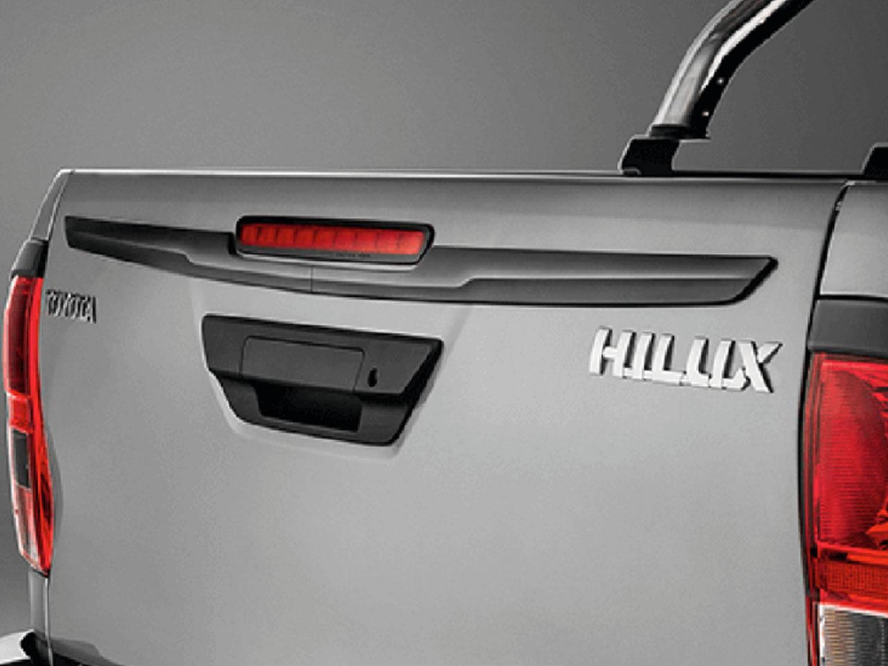 Aplique Preto Fosco da Tampa da Caçamba Hilux STD SR SRV SRX GR-S Cabine Simples  - Mirai Peças Toyota