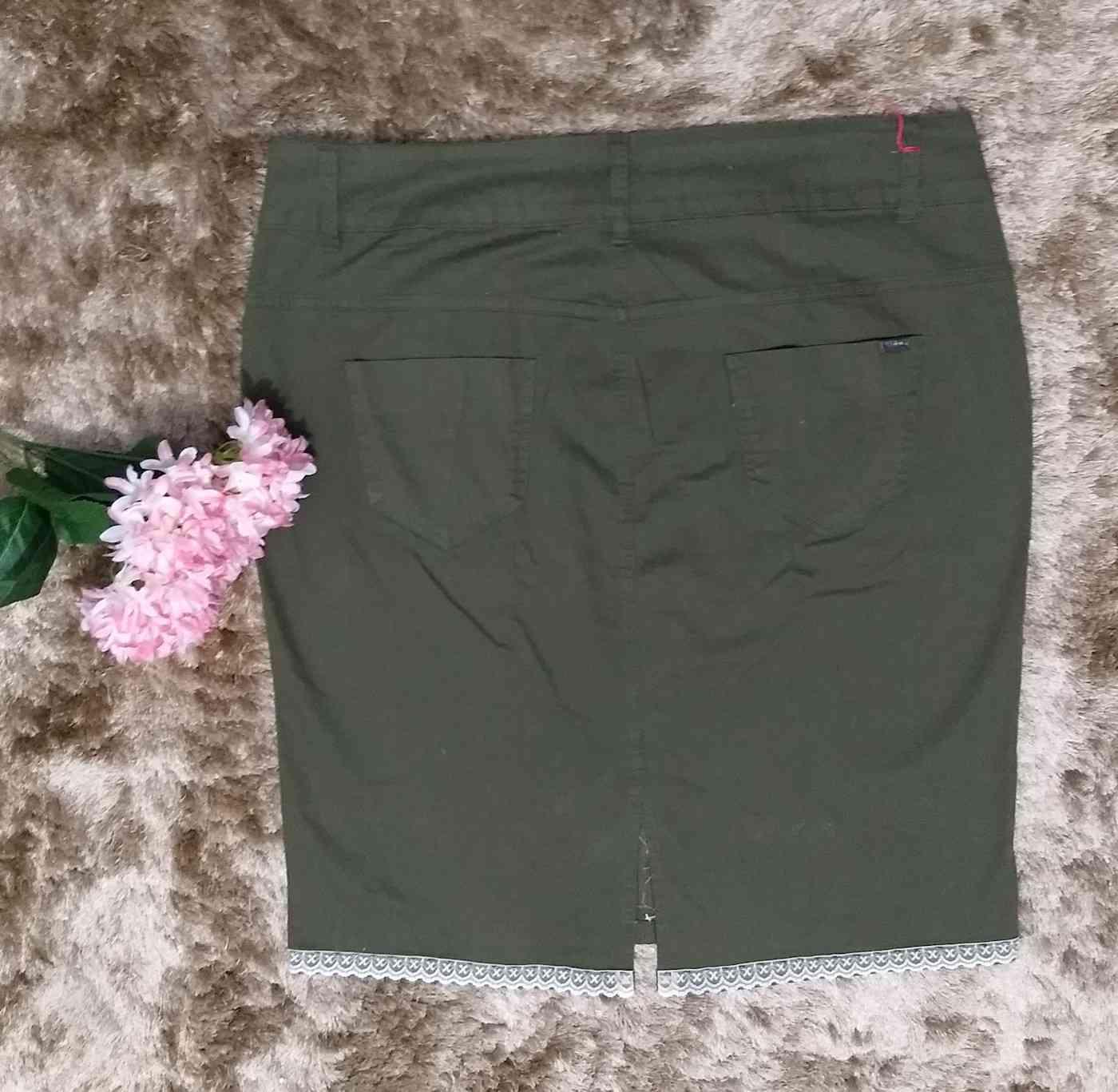 Saia jeans collor com bordado no bolsos e barra.