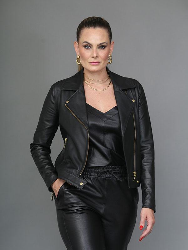 Jaqueta couro modelo perfecto -  zíper transversal dourado,  detalhe na manga em malha, cor preta - REF-JA-0212