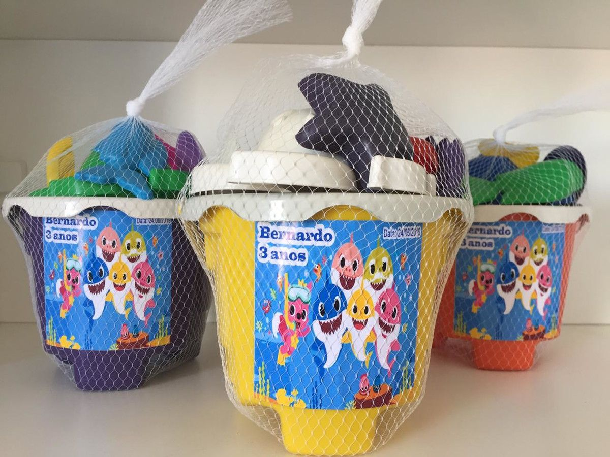 Kit com 45 baldes de praia Baby Shark