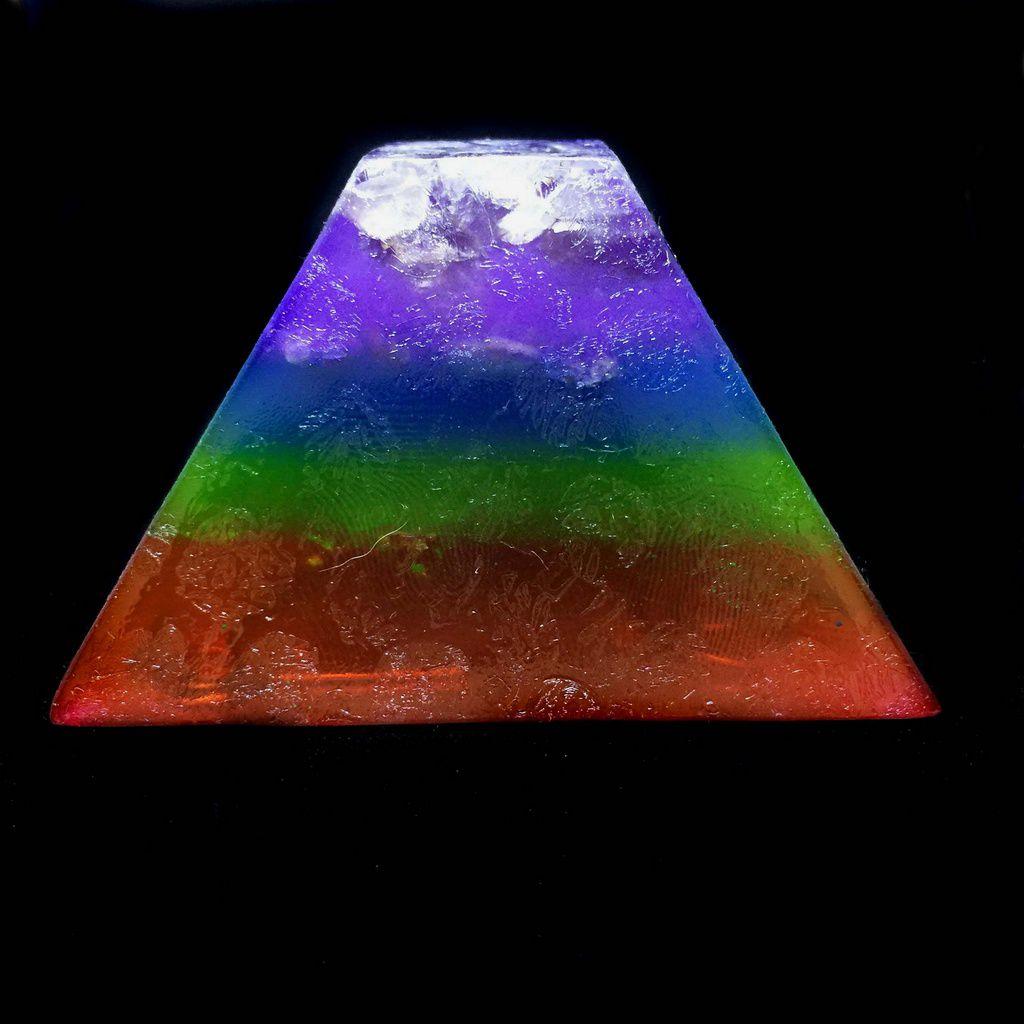 Orgonite Pirâmide Sem Ponta Colorida Cristal e Cobre