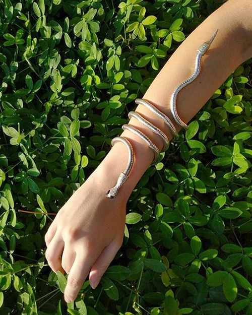 Kit Hunters Izzy Colar + Bracelete + Tatuagens Temporárias
