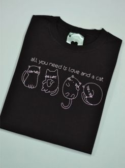 Camiseta All You Need is Love and a Cat Preta