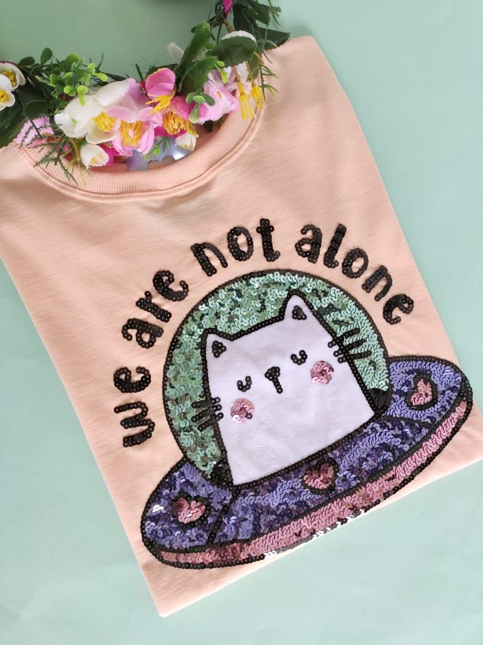 Camiseta We Are Not Alone Laranjinha