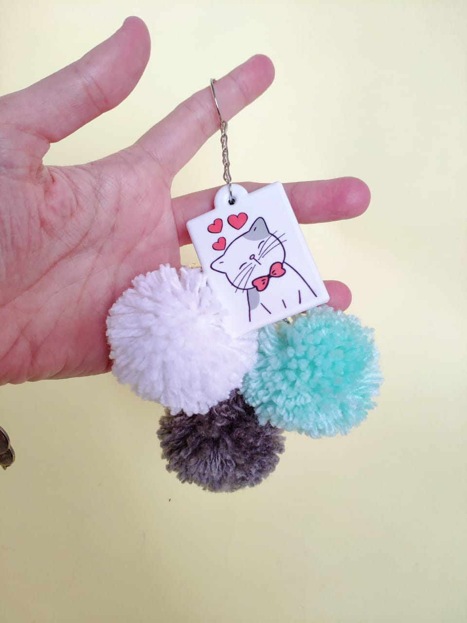 Chaveiro de pompons Cat Mama personalizado com seu nome