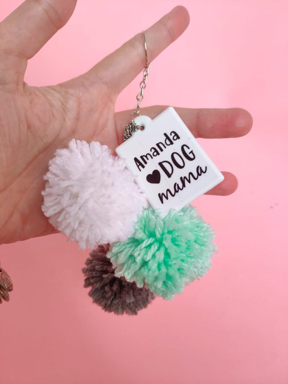 Chaveiro de pompons Dog Mama personalizado com seu nome