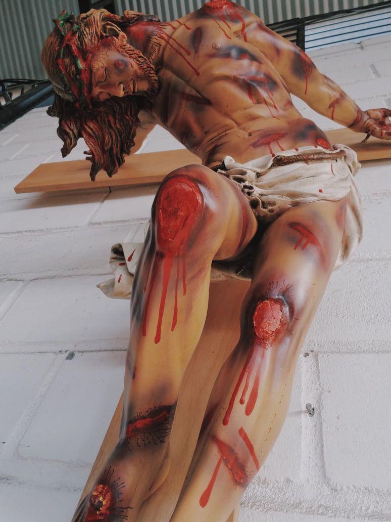 Crucifixo: 220 cm | Corpo: 130 cm | Cruz: 220 cm (chagado)