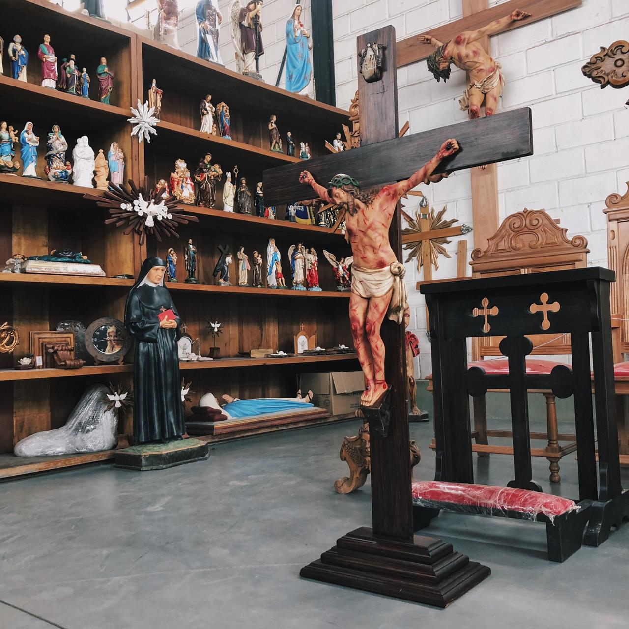 Crucifixo (chagado) - Crucifixo: 150 cm | Corpo: 70 cm (com base)