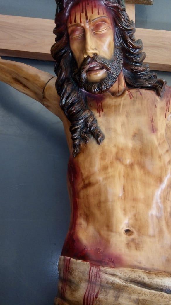 Crucifixo: 450 cm | Corpo: 270 cm