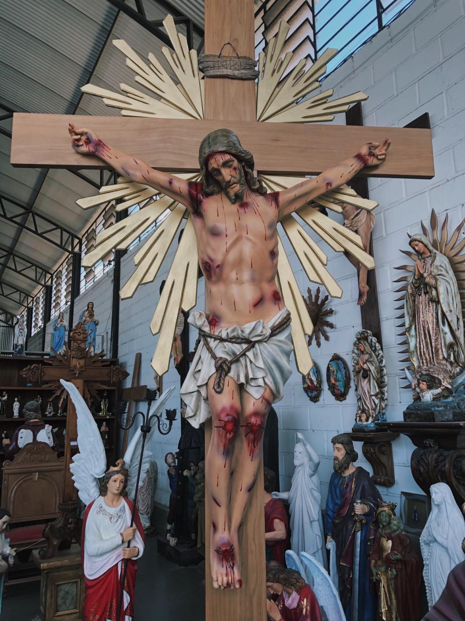 Crucifixo: 320 cm | Corpo: 160 cm | Cruz: 320 cm (com resplendor e base)