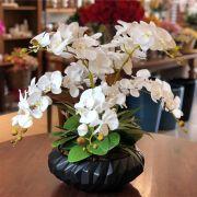 Arranjo de Orquídea Branca de Tecido com Vaso de Cerâmica Preto Fosco