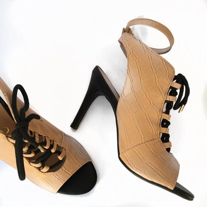 2f73a73df Sapato Feminino Ankle Boot Via Uno Nude Croco com Cadarço - Loja Desfile
