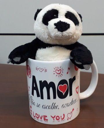 Caneca de Porcelana 330ml com Ursinho de Pelúcia Panda 15cm com a frase: Amor não se escolhe, acontece...I Love You