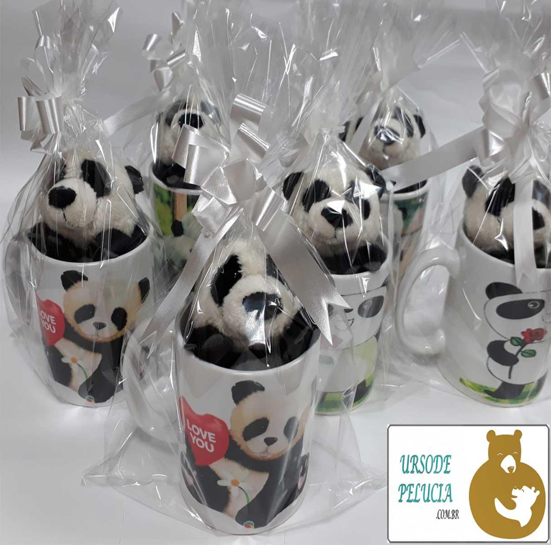 Caneca de Porcelana 330ml com Ursinho de Pelúcia Panda 15cm com a frase: Família é tudo igual, mas a nossa é mais legal!