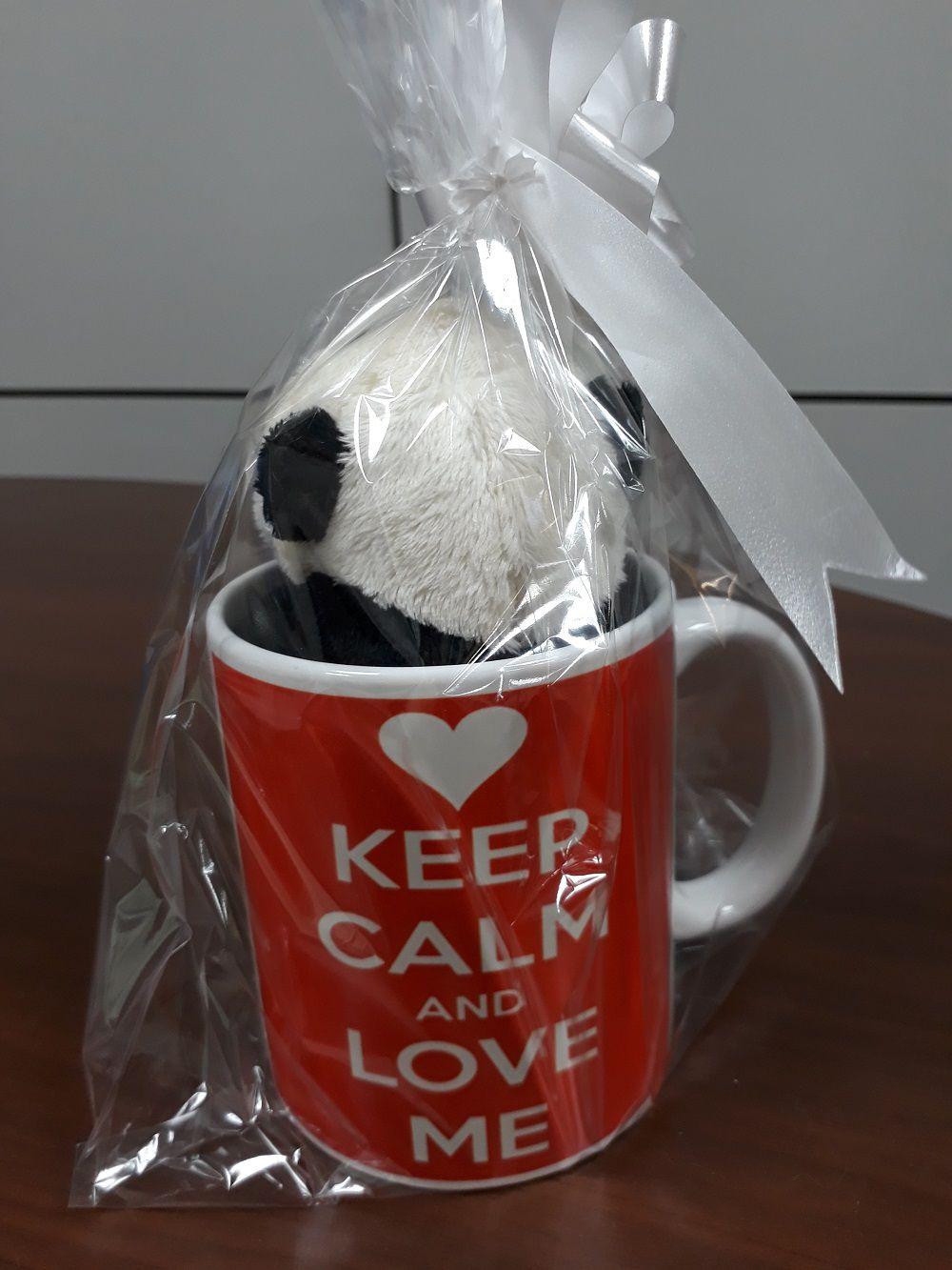 Caneca de Porcelana 330ml com Ursinho de Pelúcia Panda 15cm com a frase: Keep Calm and Love Me!