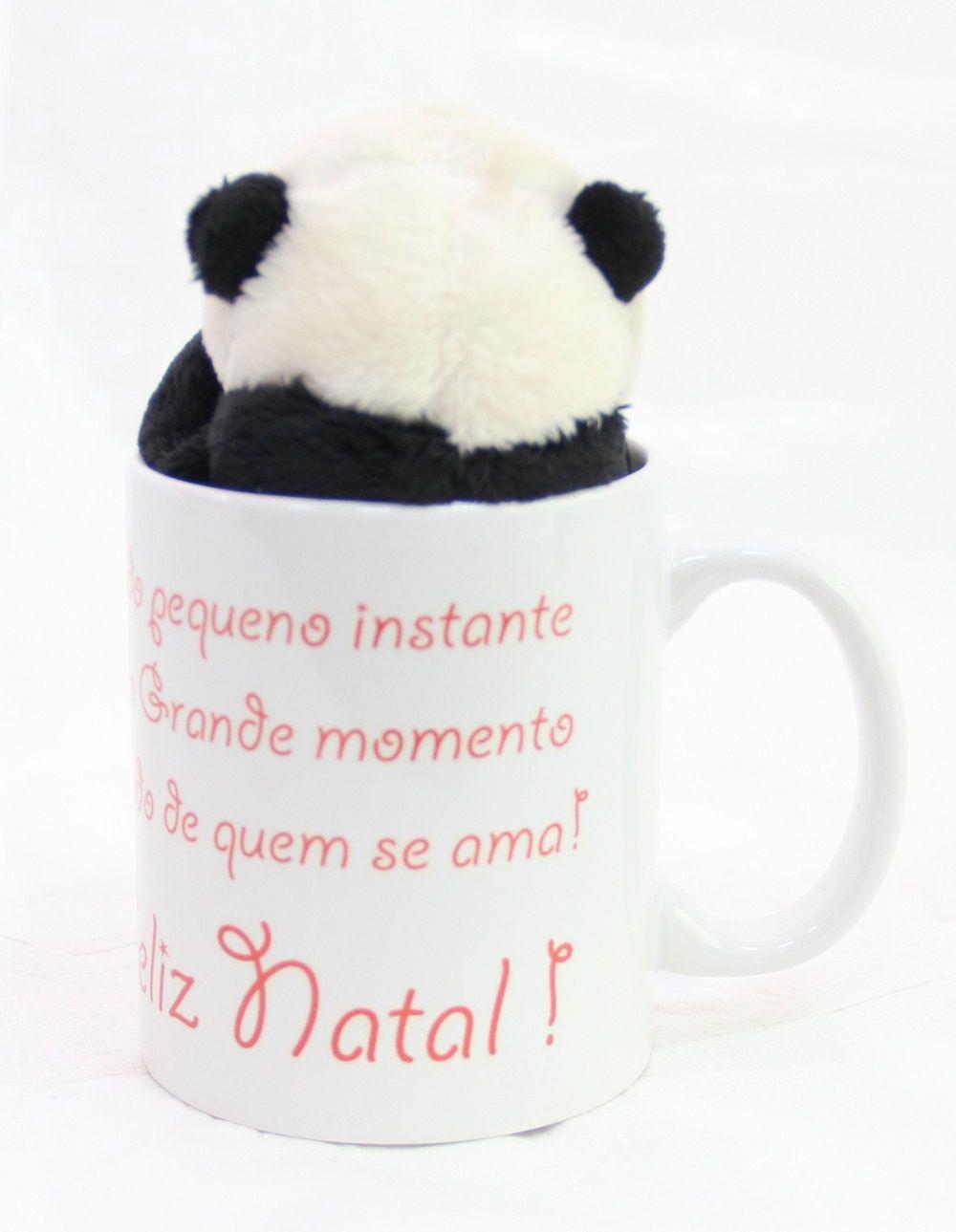 Caneca de Porcelana 330ml com Ursinho de Pelúcia Panda 15cm com a frase: Todo pequeno instante é um Grande momento ao lado de quem se ama! Feliz Natal!