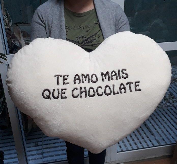 Almofada Coração Romântico de Pelúcia 60cm x 60cm Tipo Travesseiro Naninha com a frase: Te Amo mais que Chocolate!