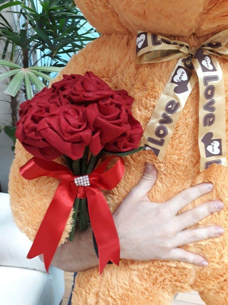 Urso de Pelúcia Caramelo Gigante Grande 1,40 metros de altura + Buquê Romântico com Flores Vermelhas Super Presente Dia dos Namorados