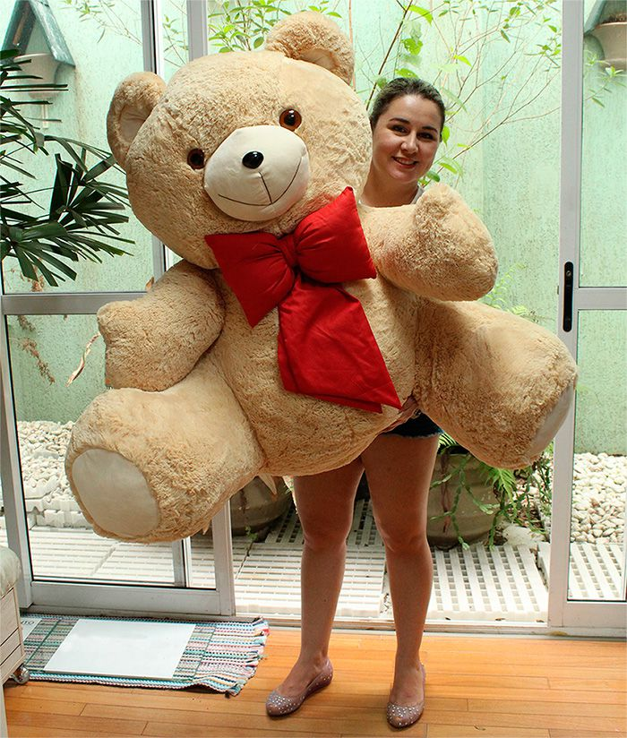Urso de Pelúcia Caramelo Gigante Grande Dengo 1,10 metros ou 110cm de altura + Super Laço Vermelho no pescoço > Ideal para presentear quem você ama!