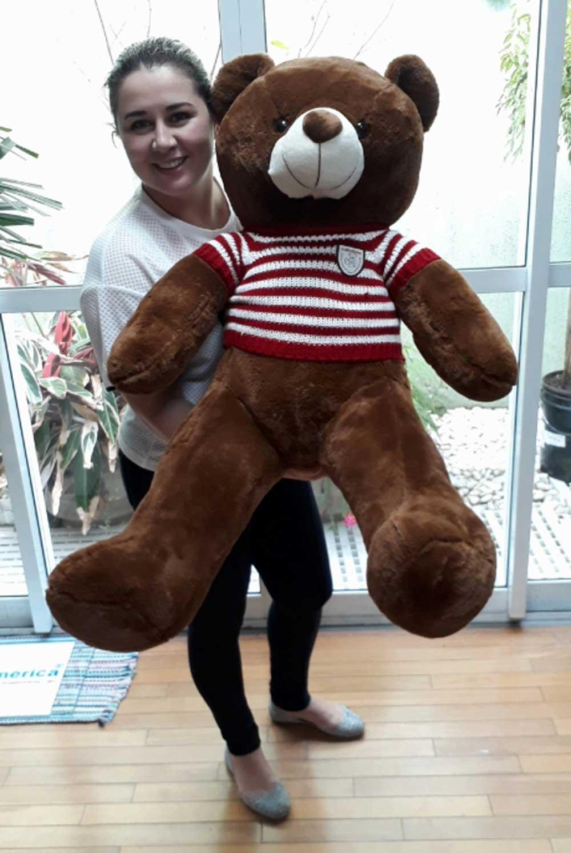 Urso de Pelúcia Marrom Gigante Grande 1 metro ou 100cm de altura com Roupinha Listrada Branca com Vermelha