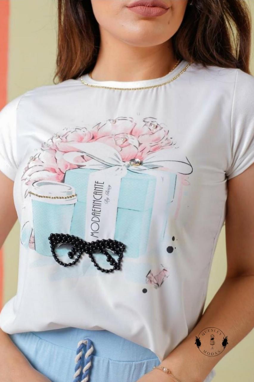 T-Shirt Feminina Estampada e aplique de strass e Óculos em miçangas Enncante