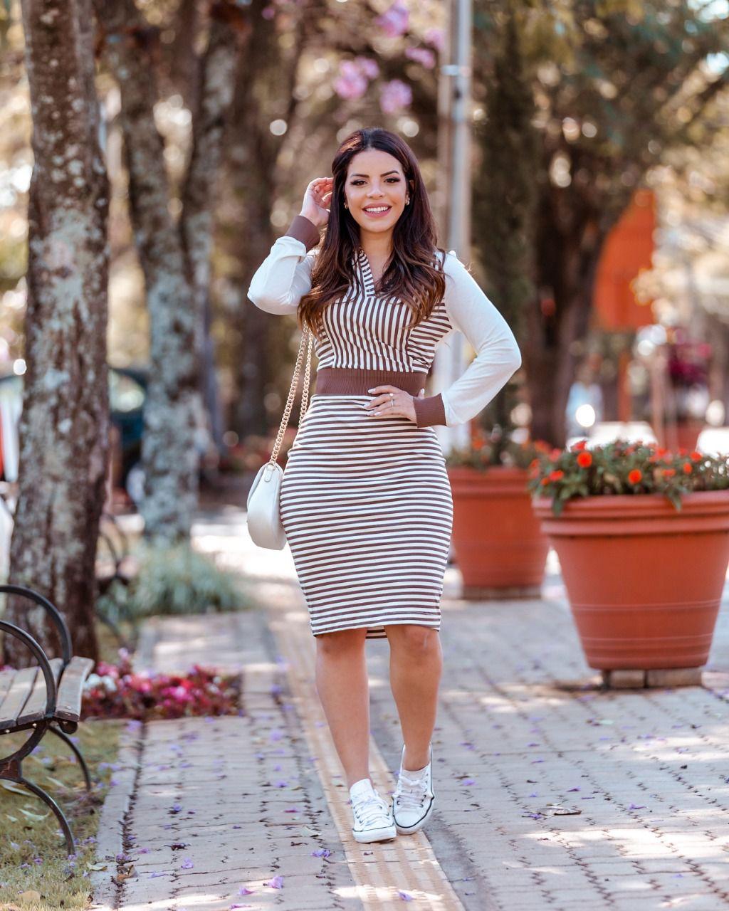 Vestido Feminino com detalhes em retilínea e capuz Moda Evangélica Luciana Pais