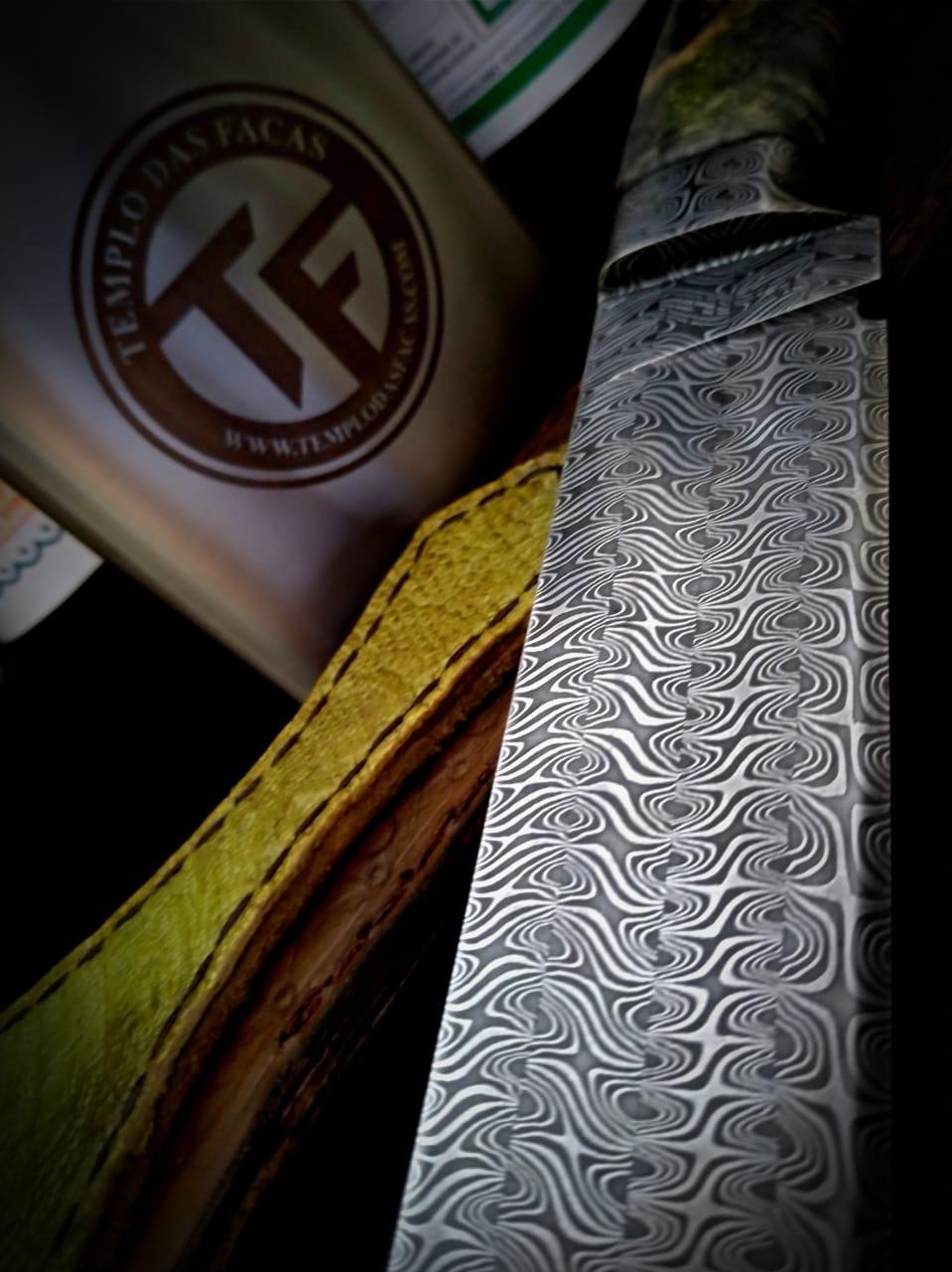 Faca artesanal forjada em aço de damasco