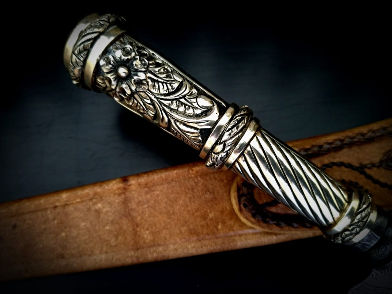 Faca artesanal forjada em aço de damasco padrão aleatório modificado 11 polegadas