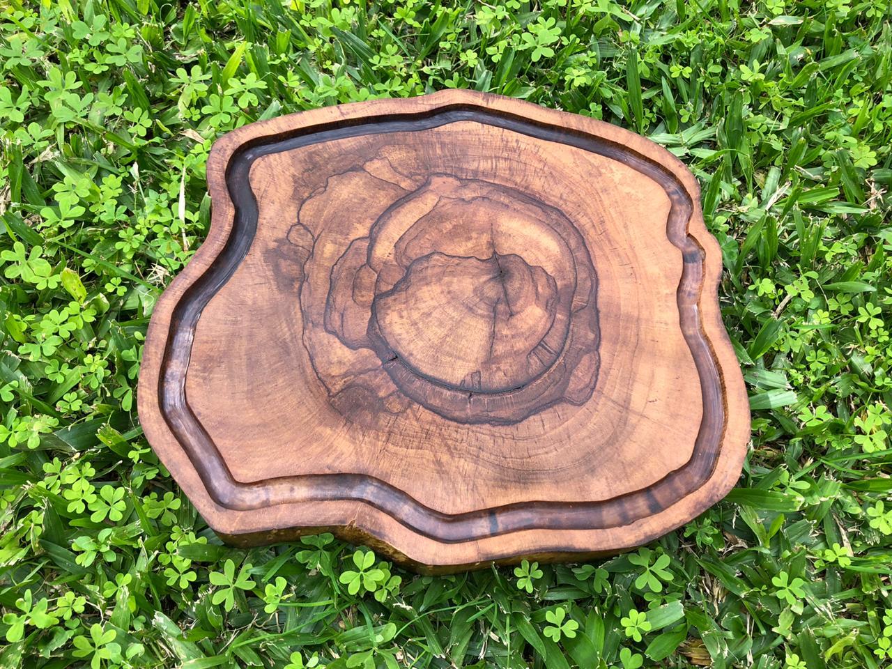 Tábua artesanal rústica de corte para churrascos e assados