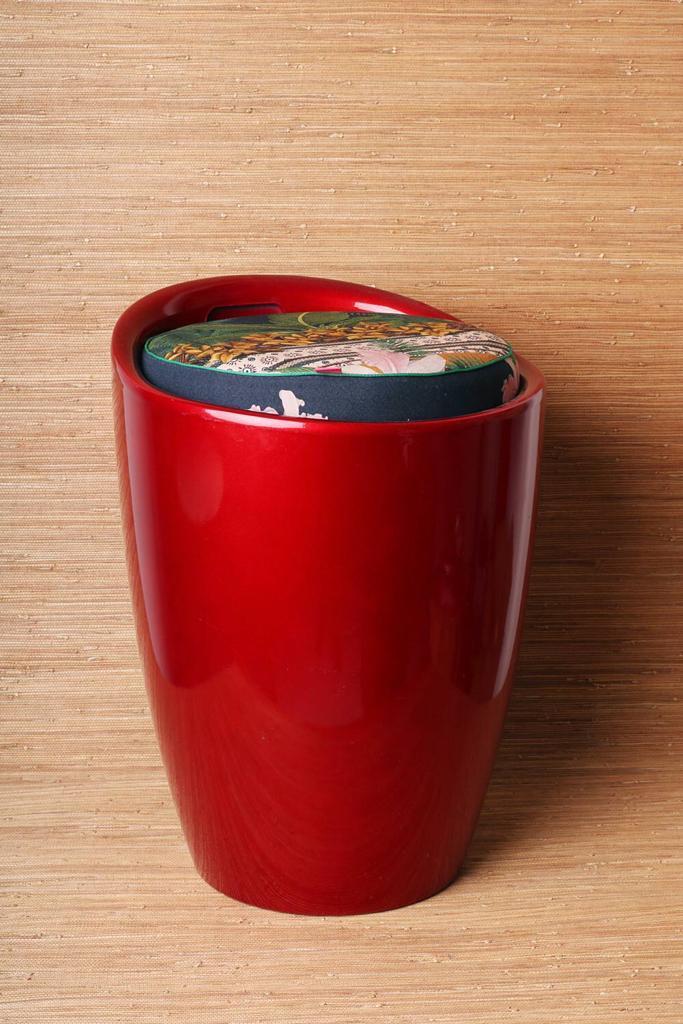 Banquinho Vermelho com Puff estampado Azul