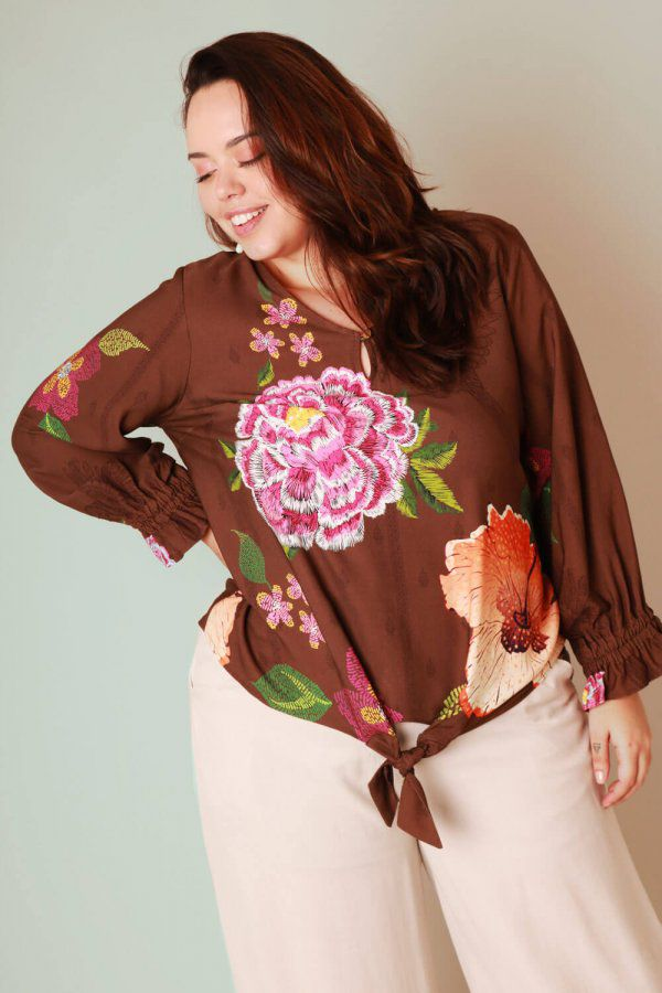BLUSA PLUS SIZE ESTAMPADA FLORAL FILETE MARROM