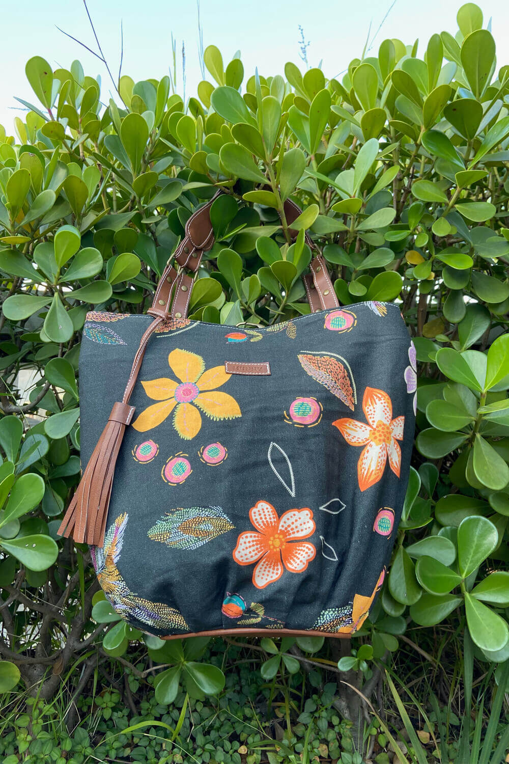 BOLSA HOBO ESTAMPADA FLORESTA BORDADA