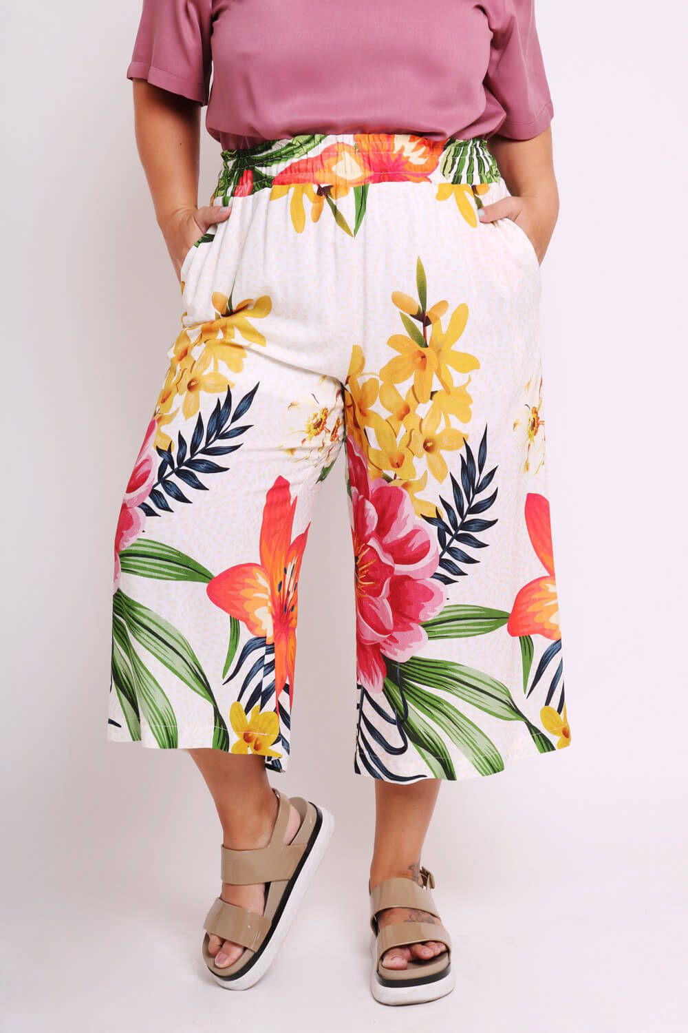 PANTACOURT PLUS SIZE ESTAMPADA DANÇA DAS FLORES OFF WHITE