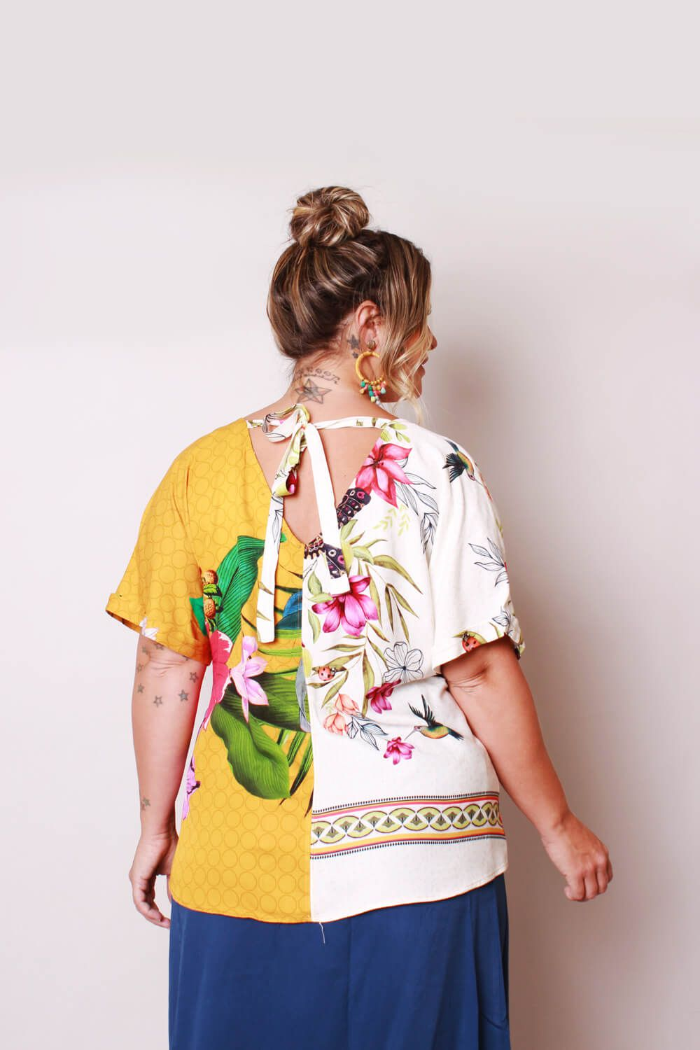 RE-VIVA BLUSA ESTAMPADA AMARELO E OFF WHITE