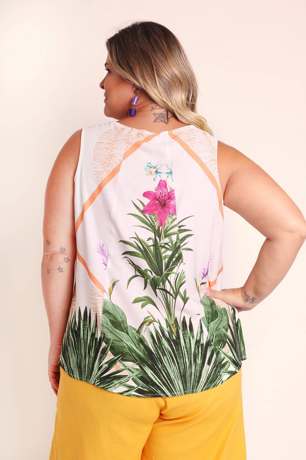 REGATA PLUS SIZE ESTAMPADA LÍRIO MOLDURA OFF WHITE