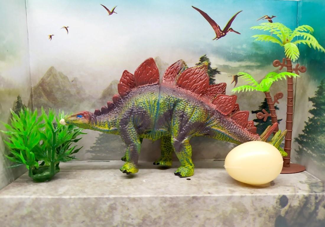 Figura Dinossauro Estegossauro Realista com ovo Arbusto e Árvore