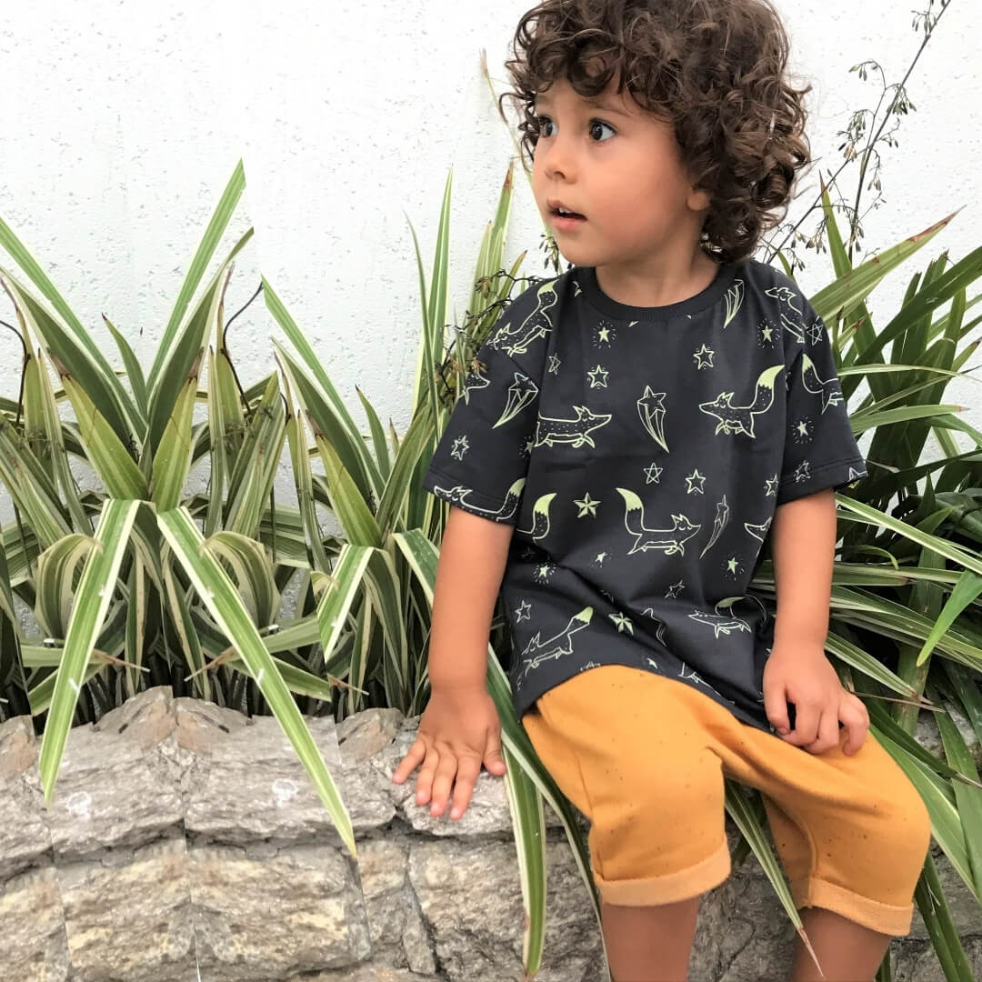 Camiseta Manga Curta Infantil Cinza Escuro Brilha no Escuro Raposinhas