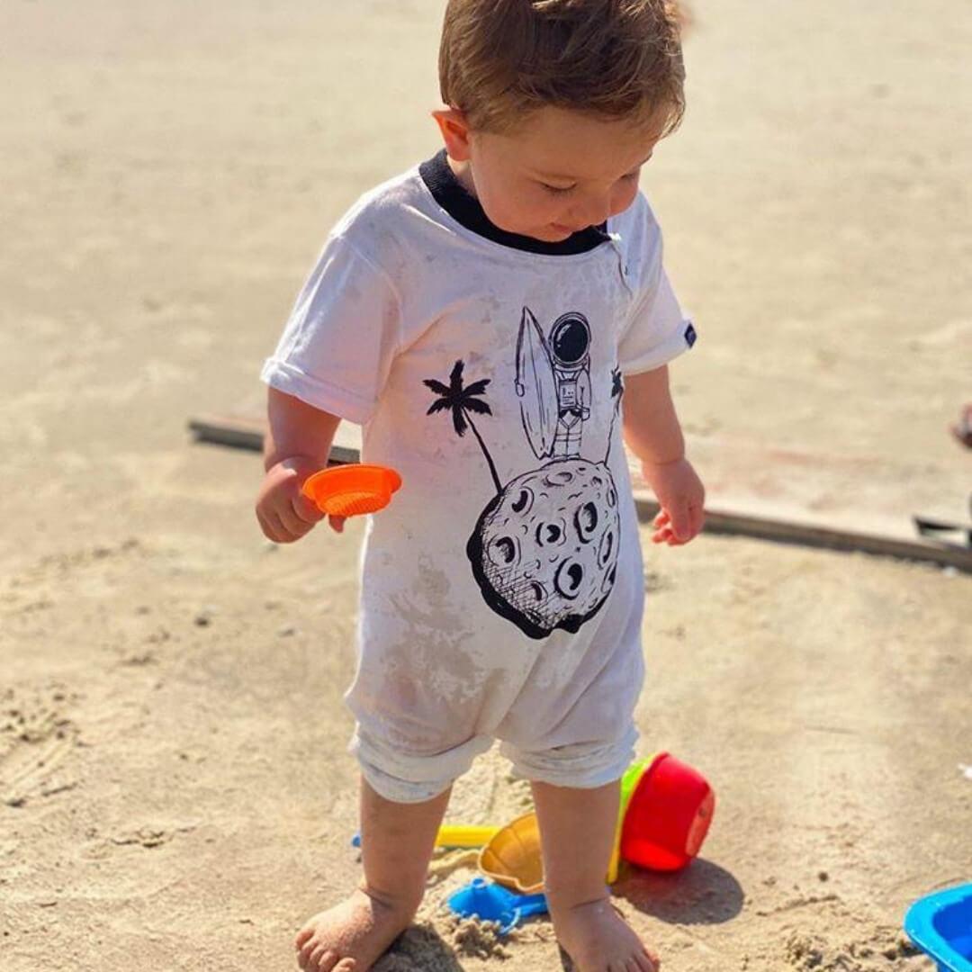 Macacão Infantil Longo Manga Curta Bege Astronauta Surfista