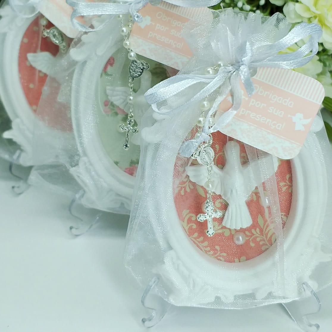 Quadro Lembrança Personalizada com Embalagem de Organza com Pedestal e Mini Terço