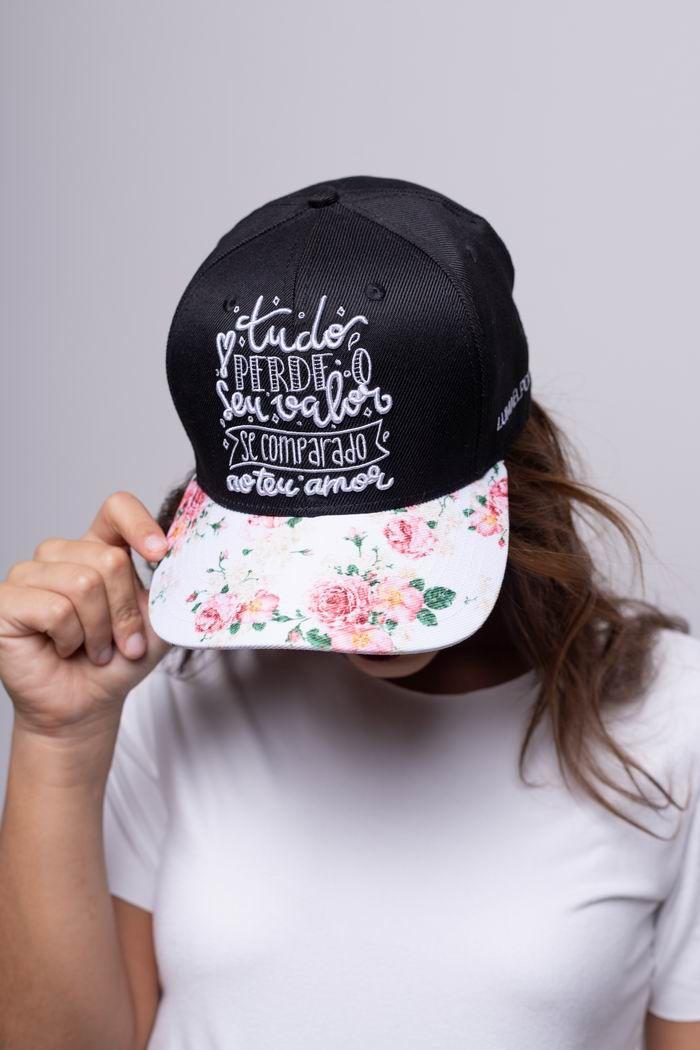 """Boné """"Tudo Perde o Seu Valor"""" Florido"""