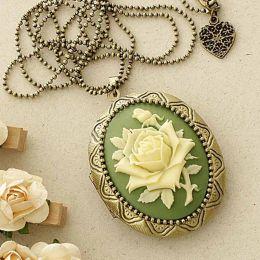 Relicário Grande Ouro Velho com Camafeu Flor Bege e Verde