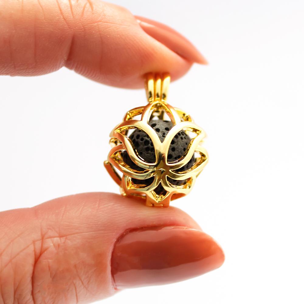 Colar Difusor para Aromaterapia Flor de Lis Folheado a Ouro