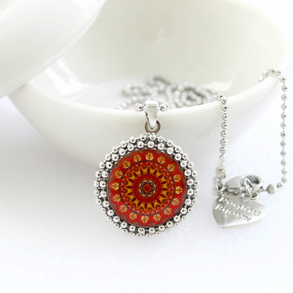 Mandala relicário pequeno cor  vermelha e prata