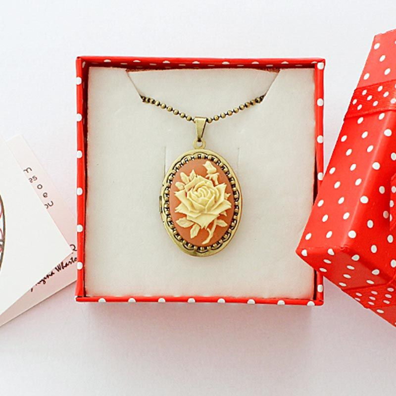 Relicário Camafeu Flor Ouro Velho Coral e Bege